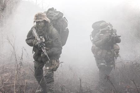 ヤークト コマンドのグループ、煙でオーストリアの特殊部隊の兵士します。 写真素材