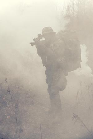 Jagdkommando soldaat Oostenrijkse special forces in de rook Stockfoto - 37064775