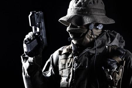 Jagdkommando soldaat Oostenrijkse speciale krachten met pistool op donkere achtergrond Stockfoto - 37064794