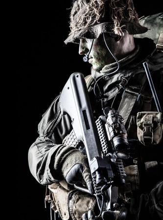 Jagdkommando soldaat Oostenrijkse special forces met geweer op een donkere achtergrond Stockfoto - 37064785