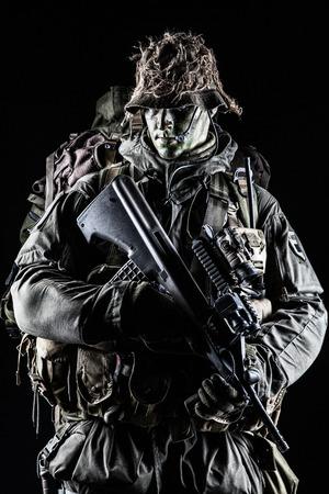 Jagdkommando soldaat Oostenrijkse special forces met geweer op een donkere achtergrond