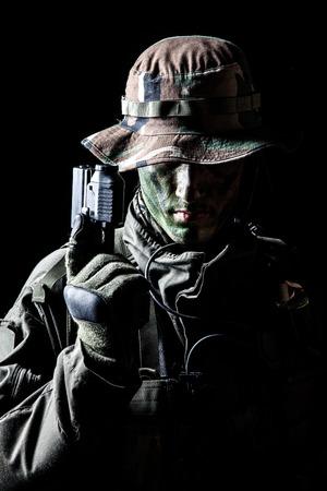 Jagdkommando soldaat Oostenrijkse speciale krachten met pistool op donkere achtergrond