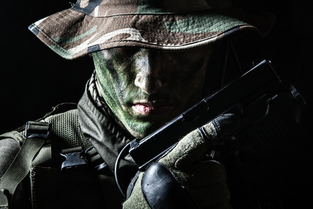Jagdkommando Soldat österreichischen Spezialeinheiten mit Pistole auf dunklem Hintergrund Standard-Bild - 37064792