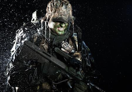 Jagdkommando soldaat Oostenrijkse special forces met geweer in de regen