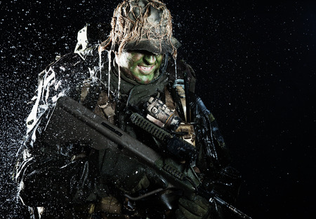 Jagdkommando soldier Austrian special forces with rifle in the rain Imagens