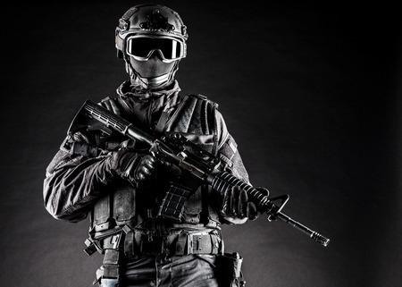 Spec ops officier politie SWAT in zwart uniform en gezichtsmasker