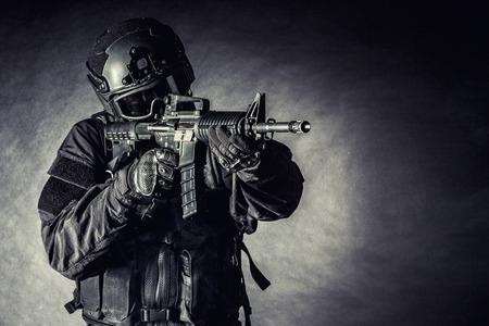 Spec ops 警察官 SWAT の黒いユニフォームと顔のマスク