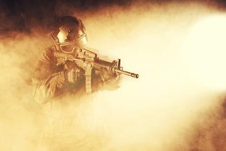 Spec ops ufficiale di polizia SWAT nel fumo e fuoco Archivio Fotografico - 36987983