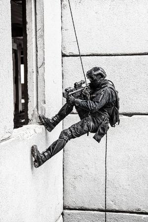 policier: Spec ops officier de police SWAT pendant les exercices de corde avec des armes