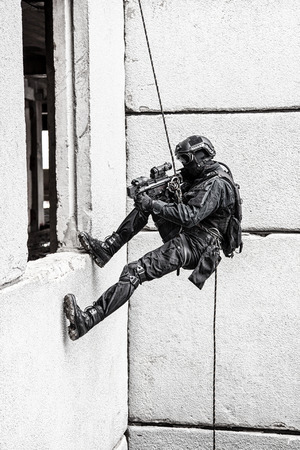 Spec ops police officer SWAT during rope exercises with weapons Standard-Bild