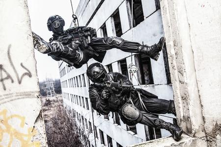 Spec ops politie SWAT tijdens touw oefeningen met wapens