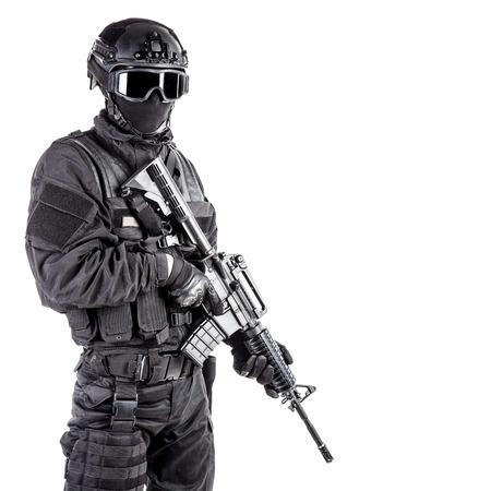 uniforme: Spec oficial de operaciones de la polic�a SWAT de uniforme negro y la m�scara de la cara