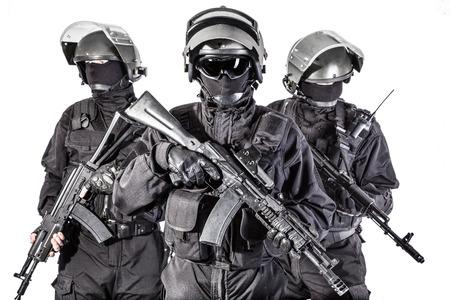Russische speciale troepen operatoren in zwart uniform en kogelvrij helmen Stockfoto