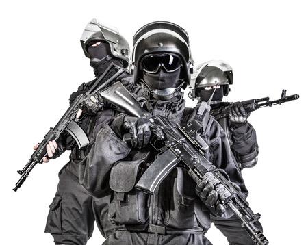 bulletproof: Fuerzas especiales rusas operadores de uniforme negro y cascos a prueba de balas