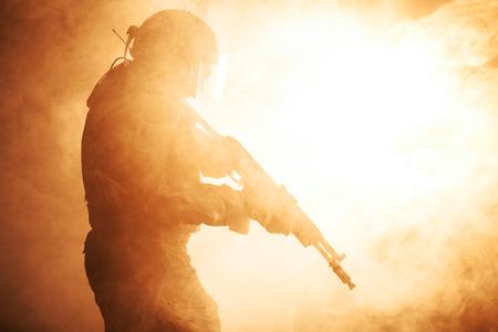 officier de police: Russie forces sp�ciales op�rateur dans un casque pare-balles dans la fum�e et le feu Banque d'images
