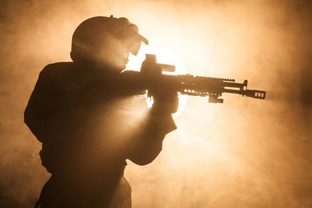 bulletproof: Rusa de las fuerzas especiales del operador en el casco a prueba de balas en el humo y el fuego
