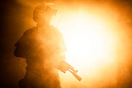 Russische speciale troepen operator in kogelvrije helm in de rook en vuur