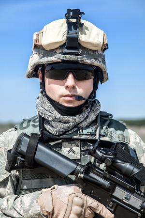 制服を着たアメリカ落下傘空挺歩兵