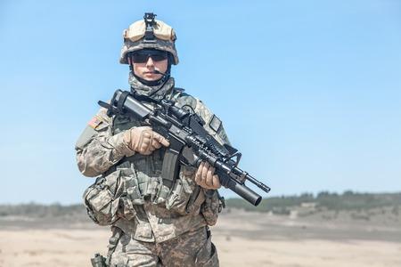 砂漠で米国の落下傘兵空挺歩兵