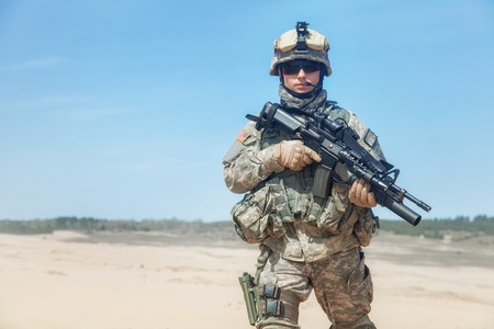soldado: Estados Unidos paracaidista infantería aerotransportada en el desierto