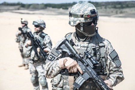 squad: United States paratroopers airborne infantrymen in action in the desert Stock Photo