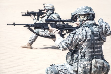 United States paratroopers airborne infantrymen in action in the desert Banque d'images