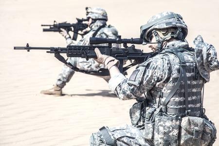 United States paratroopers airborne infantrymen in action in the desert Standard-Bild
