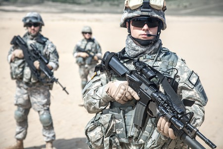us soldier: United States paratroopers airborne infantrymen in action in the desert Stock Photo
