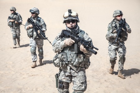 military forces: United States paratroopers airborne infantrymen in action in the desert Stock Photo