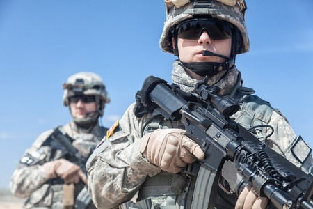 United States paratroopers airborne infantrymen with weapons Banque d'images