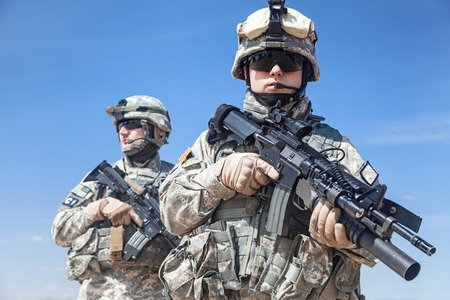 soldier with rifle: United States paratroopers airborne infantrymen with weapons Stock Photo