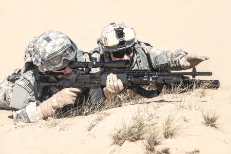 recon: United States paratroopers airborne infantrymen in action in the desert Stock Photo