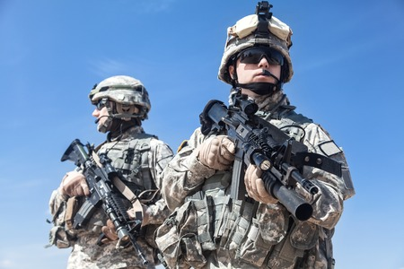 United States paratroopers airborne infantrymen with weapons Foto de archivo
