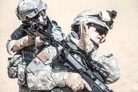 rifleman: United States paratroopers airborne infantrymen in action in the desert Stock Photo