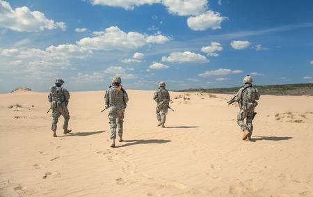 desierto: Estados Unidos paracaidistas de infanter�a en el aire en la acci�n en el desierto Foto de archivo