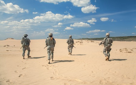 United States paratroopers airborne infantrymen in action in the desert Stockfoto