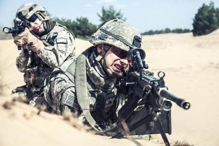 marksman: United States paratroopers airborne infantrymen in action in the desert Stock Photo