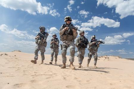 soldado: Estados Unidos paracaidistas de infantería en el aire en la acción en el desierto Foto de archivo