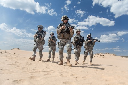 wars: United States paratroopers airborne infantrymen in action in the desert Stock Photo