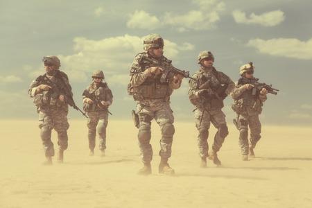 soldado: Estados Unidos paracaidistas de infanter�a en el aire en la acci�n en el desierto Foto de archivo