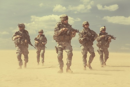 United States paratroopers airborne infantrymen in action in the desert Imagens