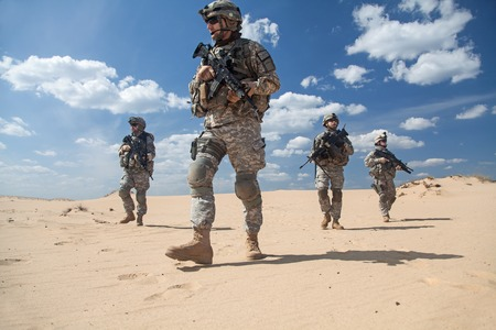 United States paratroopers airborne infantrymen in action in the desert Foto de archivo