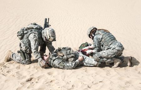 미국은 자신의 동생을 구출 사막에서 공수 보병을 낙하산 스톡 콘텐츠 - 41199423