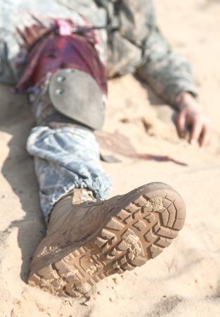 砂漠で負傷した米国の落下傘兵空挺歩兵