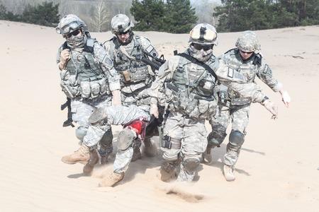 evacuacion: Estados Unidos paracaidistas de infantería en el aire en el desierto rescatar a su hermano