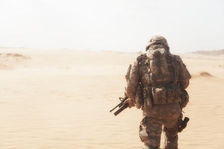 soldado: EE.UU. paracaidista infanter�a aerotransportado durante la tormenta del desierto Foto de archivo