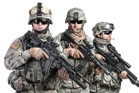 Tats-Unis parachutistes aéroportée tourné en studio d'infanterie sur fond blanc Banque d'images - 43322336