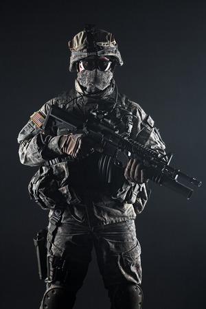 黒の背景に米国の落下傘兵空挺歩兵スタジオ撮影