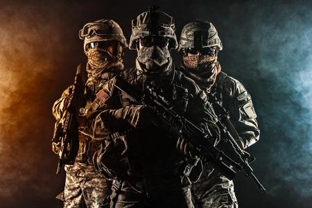 Tats-Unis parachutistes infanterie aéroportée dans la fumée Banque d'images - 43322425