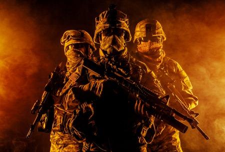 Tats-Unis parachutistes infanterie aéroportée dans la fumée Banque d'images - 43322426